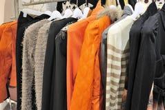 Vestiti delle donne sul gancio Fotografia Stock