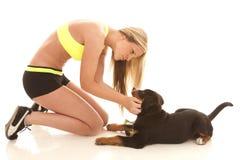 Vestiti di allenamento della donna con il cane Fotografie Stock Libere da Diritti