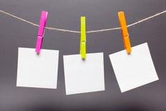 Vestiti di colori ed autoadesivi di carta per il primo piano delle note Fotografia Stock Libera da Diritti