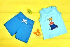 Vestiti di estate del neonato, accessori Immagine Stock