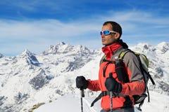 Vestiti di inverno della montagna dell'uomo Fotografie Stock