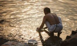 Vestiti di lavaggio dell'uomo a mano in Gange Immagini Stock Libere da Diritti