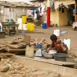 Vestiti di lavaggio della donna africana Immagini Stock Libere da Diritti