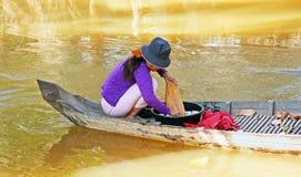 Vestiti di lavaggio sul fiume Immagine Stock