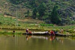 Vestiti di lavaggio sul pietra-plateau di Dong Van, Viet Nam Fotografia Stock