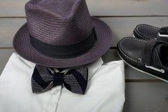 Vestiti di modo dei bambini, l'attrezzatura degli uomini fotografia stock