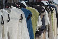 Vestiti di modo delle donne, indumenti tricottati da vendere Immagine Stock