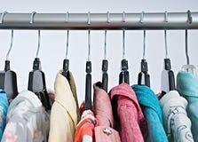 Vestiti di modo sullo scaffale dell'abbigliamento, gabinetto variopinto fotografia stock libera da diritti