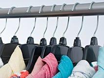 Vestiti di modo sullo scaffale dell'abbigliamento, gabinetto variopinto fotografie stock libere da diritti