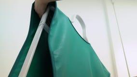 Vestiti di protezione dei raggi x archivi video