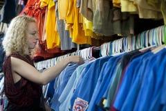 Vestiti di risparmio di ricerca a scansione della ragazza fotografie stock