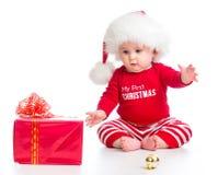 Vestiti di Santa weared bambina con il contenitore di regalo Immagine Stock