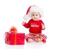 Vestiti di Santa weared bambino con il contenitore di regalo Fotografia Stock Libera da Diritti