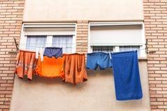Vestiti di un lavoratore che pende da una corda da bucato per asciugarsi Immagine Stock Libera da Diritti