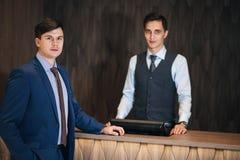 vestiti due degli uomini di affari Immagini Stock Libere da Diritti