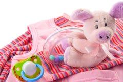 Vestiti e giocattoli del bambino fotografie stock libere da diritti