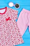 Vestiti e spazzola per i capelli di estate della neonata Fotografie Stock Libere da Diritti