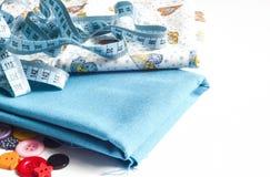 Vestiti e strumenti di cucito fotografia stock