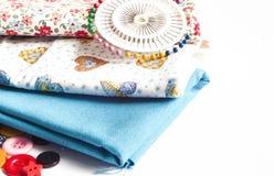 Vestiti e strumenti di cucito fotografie stock libere da diritti