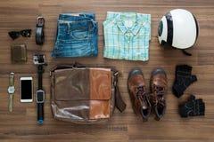 Vestiti ed accessori dei pantaloni a vita bassa su un fondo di legno Fotografia Stock Libera da Diritti