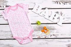 Vestiti ed accessori della neonata Fotografie Stock Libere da Diritti