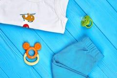 Vestiti ed accessori di estate del neonato Fotografia Stock