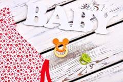 Vestiti ed accessorio della neonata Fotografia Stock