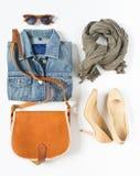 Vestiti femminili alla moda messi Attrezzatura ragazza/della donna su fondo bianco Rivestimento blu del denim, sciarpa grigia, cr Immagini Stock