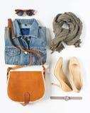 Vestiti femminili alla moda messi Attrezzatura ragazza/della donna su fondo bianco Rivestimento blu del denim, sciarpa grigia, cr Fotografia Stock Libera da Diritti