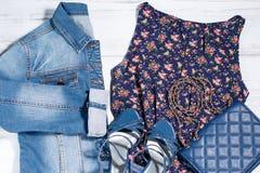 Vestiti femminili di estate, stile romantico, colore blu scuro Fotografia Stock Libera da Diritti