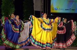 Vestiti femminili messicani variopinti dai ballerini Immagini Stock Libere da Diritti