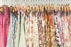 Vestiti floreali dalla ragazza del modello in negozio Immagine Stock Libera da Diritti