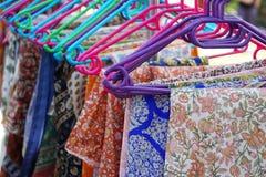 Vestiti floreali del modello sui ganci Fotografie Stock