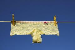 Vestiti gialli della biancheria che lavano la riga della lavanderia Fotografie Stock