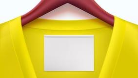 Vestiti gialli ed Empty tag sul collare, grucce per vestiti di legno Modello per la pubblicità delle vendite o nuovo orizzontale Fotografie Stock