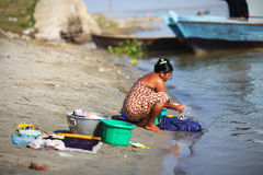 Vestiti handwashing della donna alla riva del fiume in Myan Immagine Stock Libera da Diritti