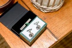 Vestiti, legame, calzini, scarpe & orologi di nozze per lo sposo & gli uomini dello sposo immagini stock libere da diritti