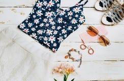 Vestiti messi, accessori della ragazza di estate di modo Attrezzatura di estate Vestito floreale alla moda, occhiali da sole d'av Fotografia Stock