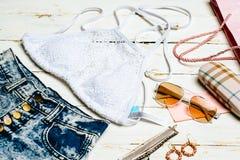 Vestiti messi, accessori della ragazza di estate di modo Attrezzatura di estate Fiori d'avanguardia degli occhiali da sole di mod Immagini Stock Libere da Diritti