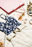 Vestiti messi, accessori della ragazza di estate di modo Attrezzatura di estate Fiori d'avanguardia degli occhiali da sole di mod Fotografia Stock Libera da Diritti