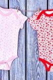 Vestiti modellati ragazze infantili sulla corda Fotografie Stock Libere da Diritti