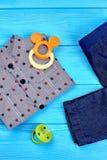 Vestiti moderni del denim per il neonato Fotografia Stock