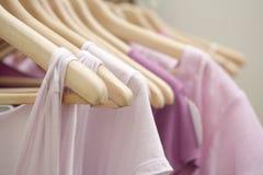 Vestiti in negozio Immagine Stock