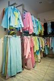 Vestiti nel negozio Immagini Stock Libere da Diritti