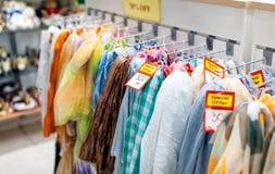 Vestiti nel negozio Immagine Stock