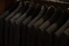 Vestiti per gli uomini al deposito di modo degli uomini Fotografia Stock