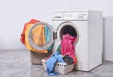 Vestiti pronti a lavare con la lavatrice immagine stock