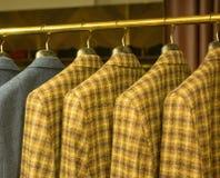 Vestiti a quadretti gialli sullo scaffale Fotografia Stock