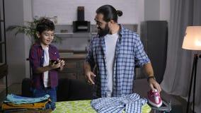 Vestiti rivestenti di ferro del singolo padre bello a casa archivi video