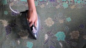 Vestiti rivestenti di ferro della donna a casa stock footage
